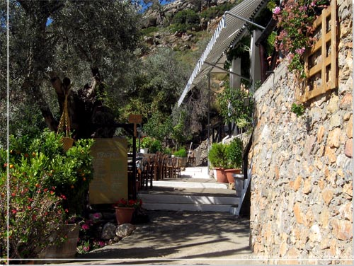 Stien går lige gennem taverna o' stratis' terrasse   inspiration ...